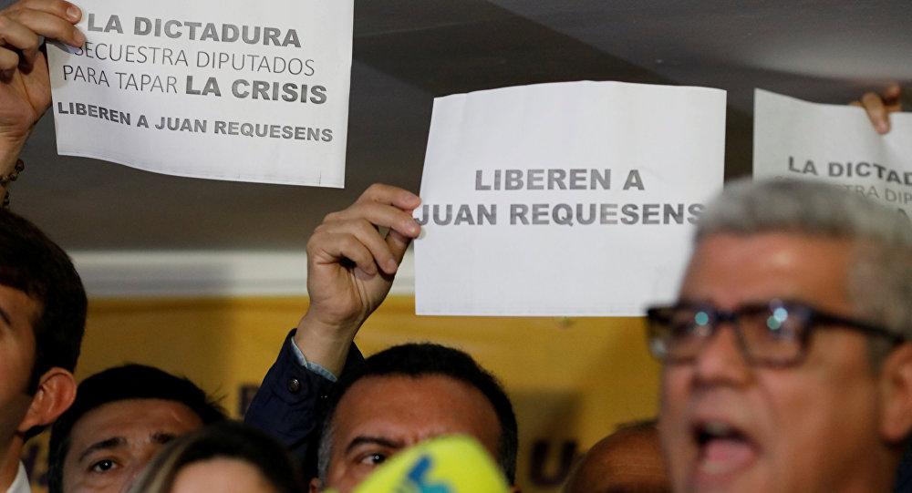 Opositores venezolanos protestan contra la detención del diputado Juan Requesens