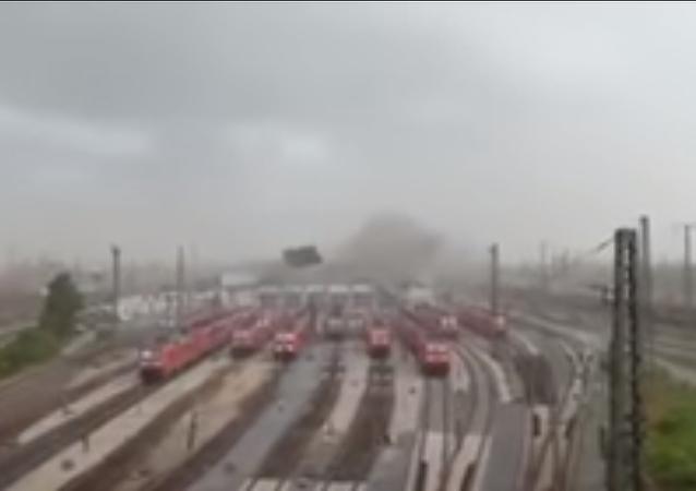 Un huracán arranca un techo y lo lanza sobre los trenes en Alemania