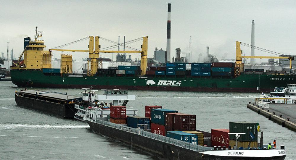 El puerto de Amberes, foto de archivo