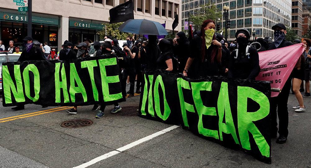 Protesta contra una marcha de supremacistas en Washington