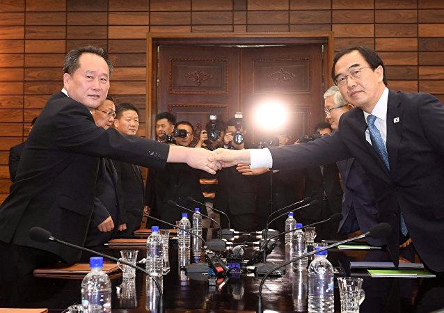 Cho Myoung-gyon, ministro de Unificación de Corea del sur, y Ri Son-gwon, presidente del Comité de Reunificación Pacífica de la Patria de Corea del Norte
