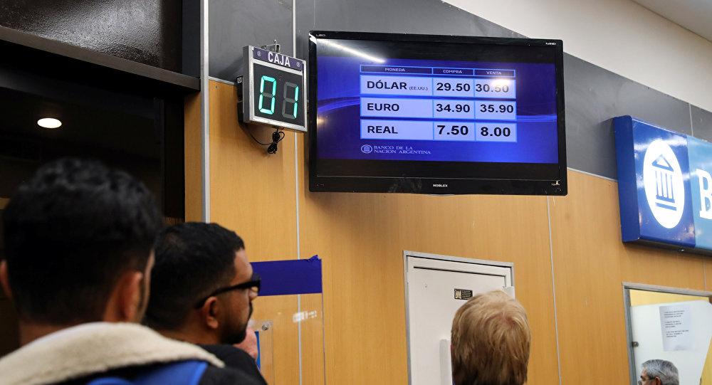 Personas hacen fila en Argentina para comprar moneda extranjera