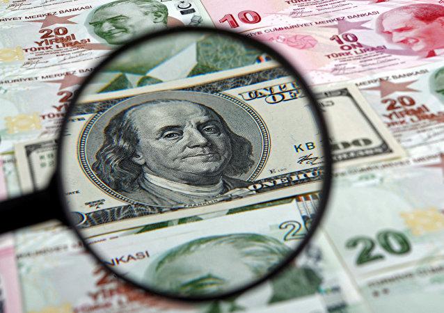 Un dólar estadounidense y liras turcas