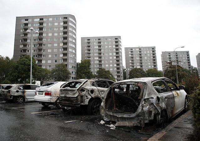 Los coches dañados en el distrito en Gotemburgo, Suecia