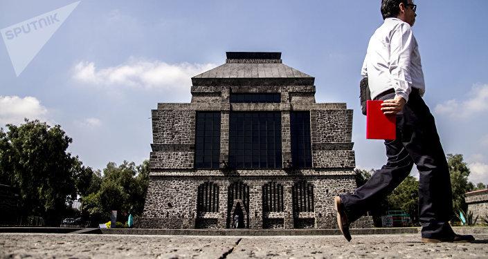 Un hombre camina frente al museo Anahuacalli, del pintor Diego Rivera