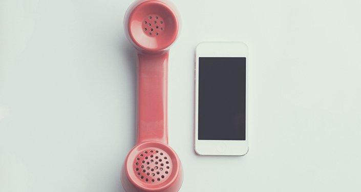 Un teléfono inteligente y un auricular