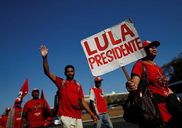Miles de simpatizantes del expresidente brasileño Lula da Silva participan de la Marcha Lula Libre en Brasilia