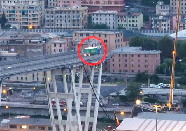 Un camión queda al borde del puente colapsado en Italia