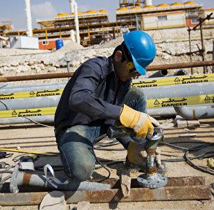 Un iraní trabaja en el South Pars, el yacimiento de gas más grande de Irán