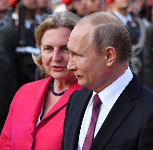 La ministra austriaca de Exteriores, Karin Kneissl, y el presidente de Rusia, Vladímir Putin