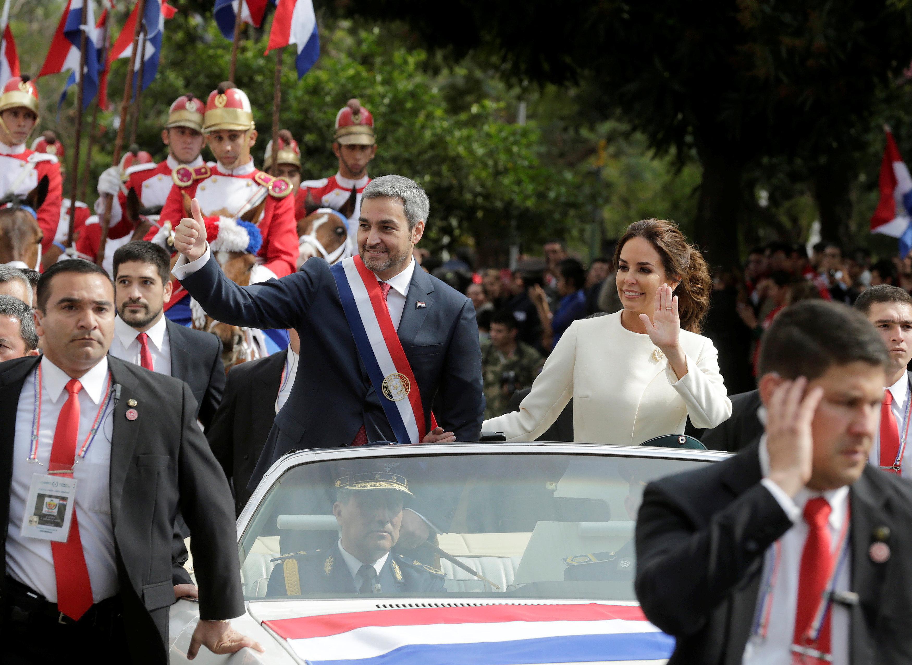 El presidente de Paraguay, Mario Abdo Benítez junto a su esposa Silvana López tras la investidura