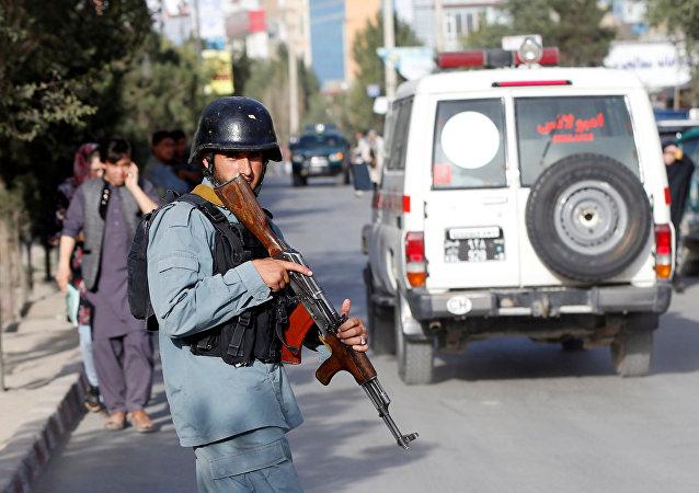La Policía afgana cerca del lugar del atentado en Kabul
