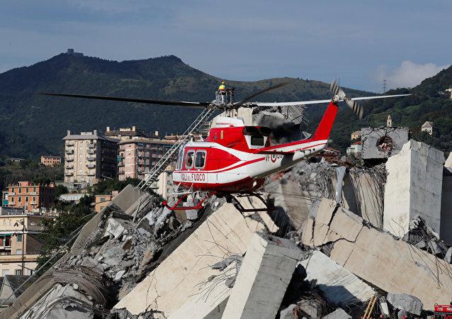 Los bomberos y los equipos de rescate en el puente de Morandi colapsado en Génova, Italia