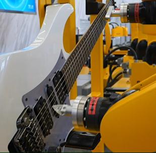 Un robot que toca instrumentos musicales