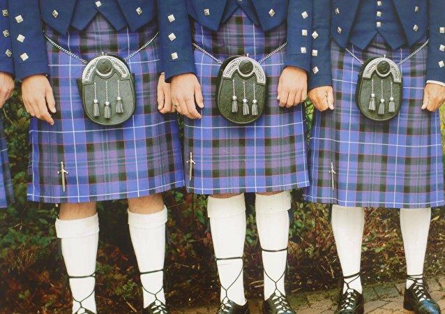 Hombres vistiendo faldas (Archivo)