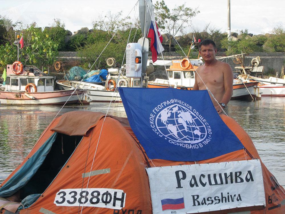 El viajero ruso Yuri Burlak con su barco. Foto del archivo personal de Yuri Burlak