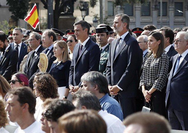El presidente del Gobierno español, Pedro Sánchez, y el Rey de España, Felipe VI, durante el homenaje a las víctimas de los atentados en Barcelona y Cambrils