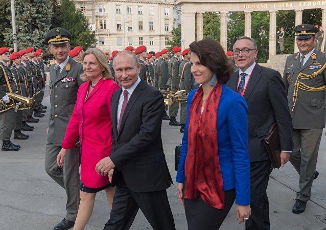 La ministra austriaca de Exteriores, Karin Kneissl, y el presidente de Rusia, Vladímir Putin (archivo)