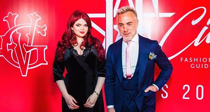 La modelo rusa Yulia Ribakova con DJ Gianluca Vacchi