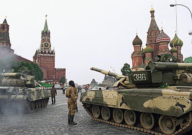 Tanques en la Plaza Roja durante la intentona golpista de 1991
