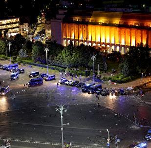 Los vehículos policiales después de la concentración antigubernamental en la capital Bucarest, Rumanía