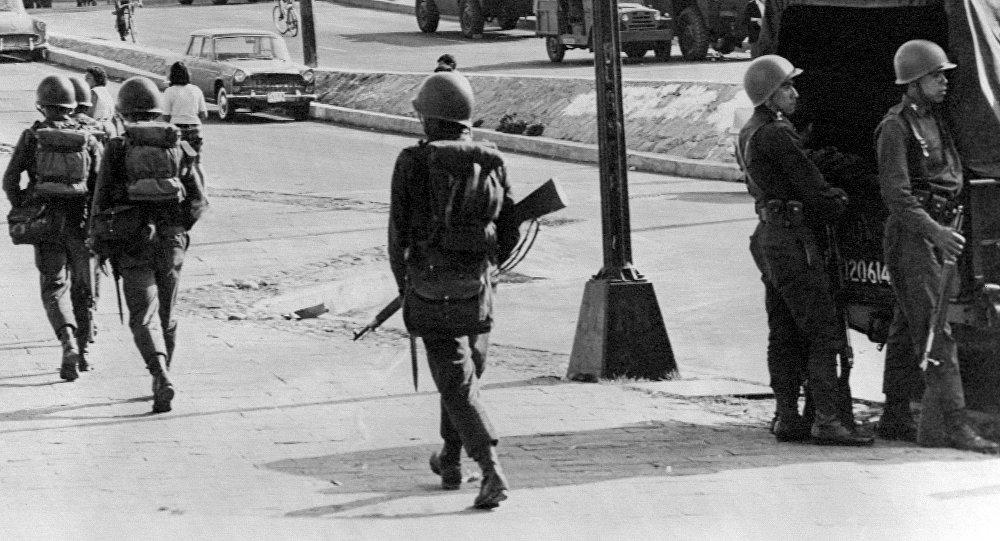 Vehículos blindados y soldados patrullan las calles de Tlatelolco, Ciudad de México, el 5 de octubre de 1968, tres días después de que el Ejército mexicano abriera fuego contra estudiantes