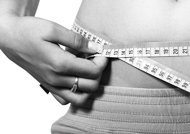 Medición de la cintura con una cinta métrica