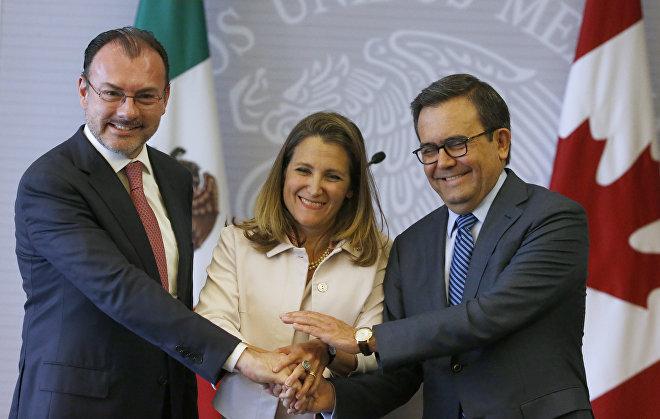 El secretario de Exteriores de México, Luis Videgaray (izda.), el secretario de Economía de México, Ildefonso Guajardo (dcha.), y la ministra de Exteriores de Canadá, Chrystia Freeland, después de una conferencia dedicada a la renegociación del TLCAN celebrada en la ciudad de México el 25 de julio de 2018
