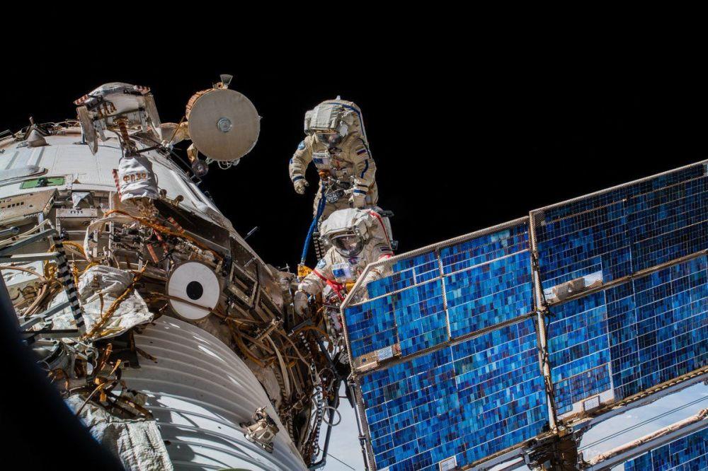 Animadoras, serpientes y cosmonautas: las fotos más espectaculares de la semana