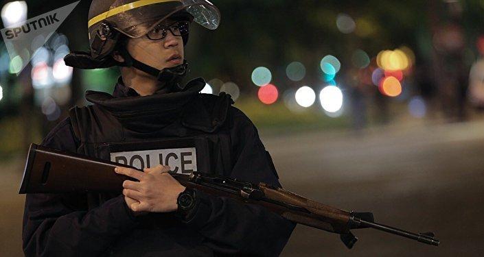La policía francesa en la avenida de los Campos Elíseos