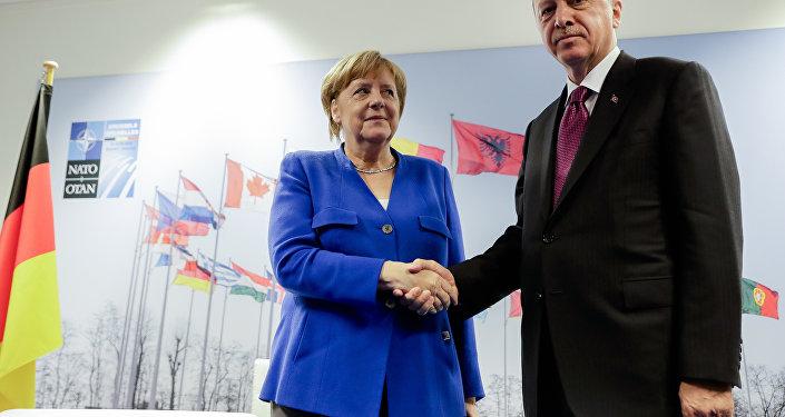 Ángela Merkel, canciller de Alemania, y Recep Tayyip Erdogan, presidente de Turquía, durante el encuentro de líderes de la OTAN en Bruselas, Bélgica, 11 de julio de 2018