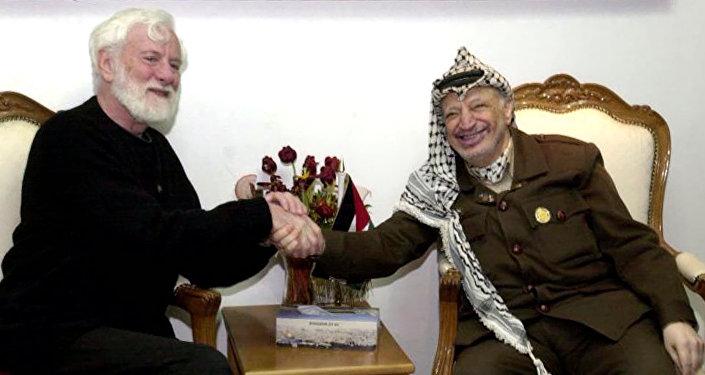 El pacifista israelí, Uri Avnery, y el líder histórico de Palestina, Yasir Arafat (archivo)