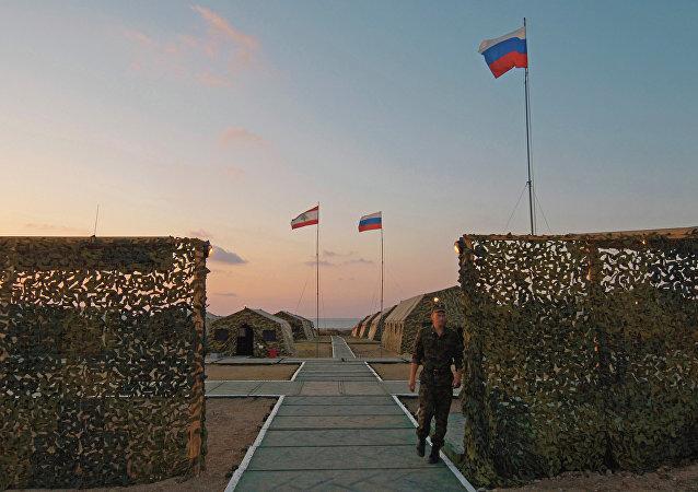 Banderas de Rusia y Líbano en un campamento militar ruso (archivo)