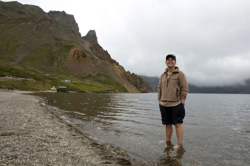 Una turista australiana a orillas del lago Tianchi, donde el grupo hizo una parada durante el ascenso al Paektu.