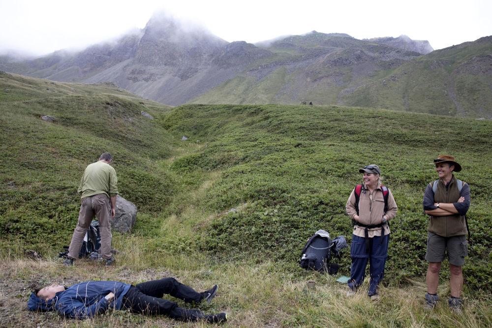Los turistas hacen una parada en el camino durante su viaje al monte Paektu.
