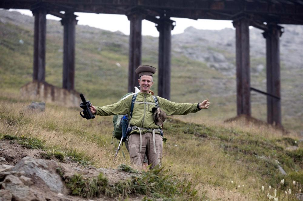 El jefe de la excursión al monte Paektu, Roger Shepherd, se hace una foto con un típico gorro norcoreano.