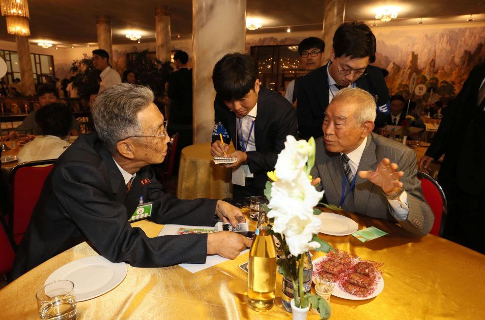 La reunión entre las familiares de Corea del Norte y del Sur se celebró en el monte Kumgang, cerca de la zona desmilitarizada que separa las dos Coreas.