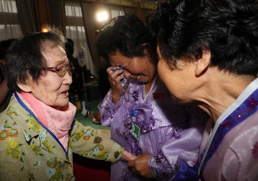 Las familias de Corea del Sur se reúnen con sus familiares de Corea del Norte.