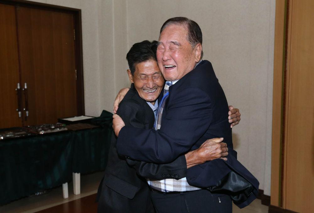 Un surcoreano abraza a su hermano norcoreano durante la reunión en el monte Kumgang.