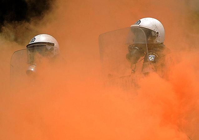 Policías antidisturbios en el humo durante los enfrentamientos con manifestantes frente al Parlamento griego el 29 de junio de 2011 en Atenas