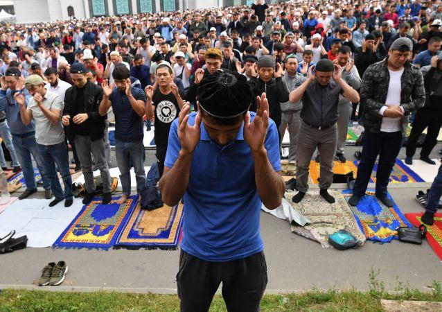 Los musulmanes en la misa de Eid al Adha en la Gran Mezquita de Moscú