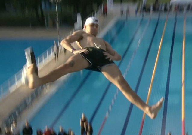 Así es el campeonato de saltos de barriga o las formas más locas de lanzarse al agua
