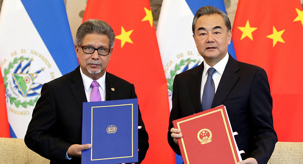 El ministro de Asuntos Exteriores de El Salvador, Carlos Castaneda, y el canciller chino, Wang Yi