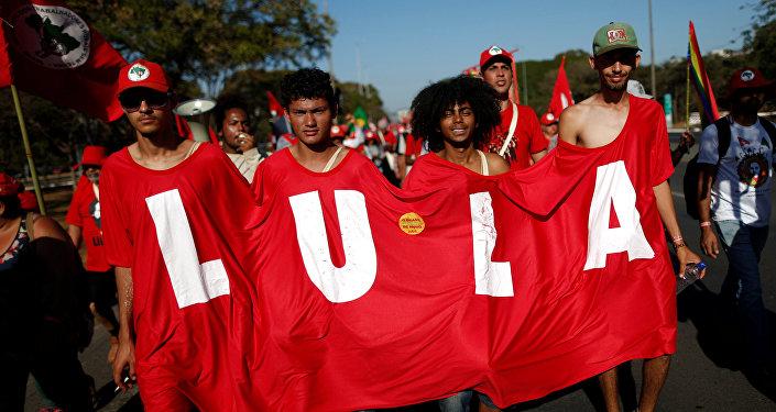 Los partidarios del expresidente Luiz Inácio Lula da Silva caminan durante la Marcha del Lula Libre, Brasil