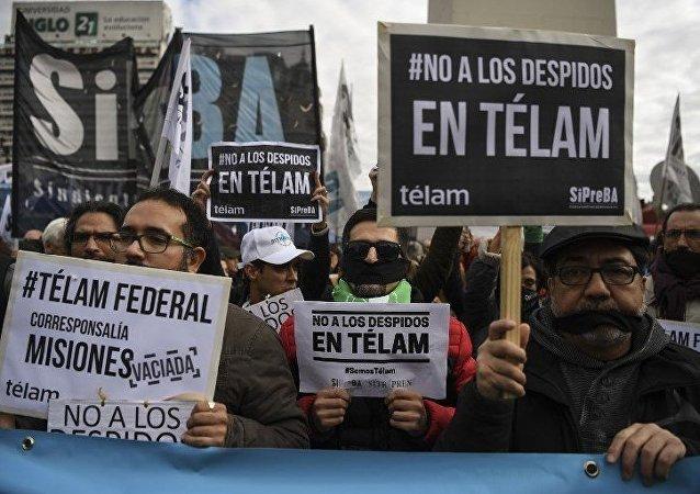 Empleados de la agencia argentina Télam manifestándose contra los despidos