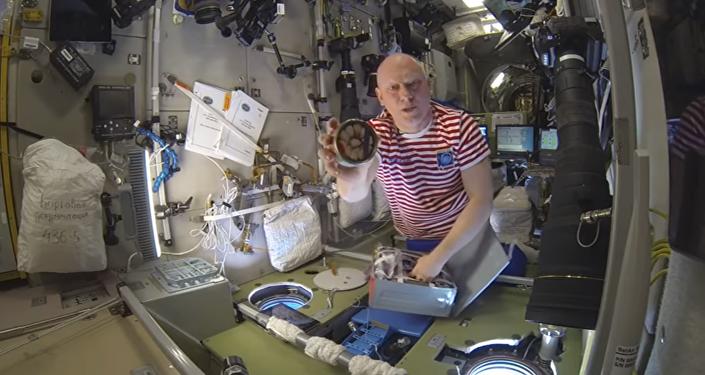 El cosmonauta ruso Oleg Artémiev mostró a los internautas algunos de los alimentos que comen los astronautas en la Estación Espacial Internacional