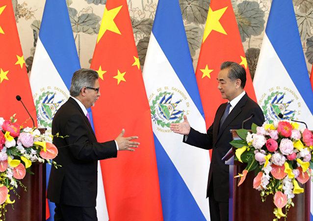 El ministro de Asuntos Exteriores de El Salvador, Carlos Castañeda, y el canciller chino, Wang Yi
