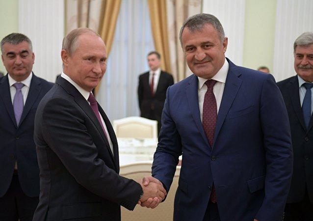 El presidente de Rusia, Vladímir Putin, y el presidente de Osetia del Sur, Anatoli Bibílov