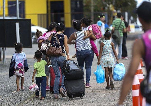 Los inmigrantes venezolanos cruzan la frontera con Brasil