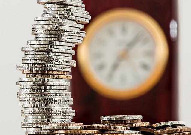 Monedas y un reloj